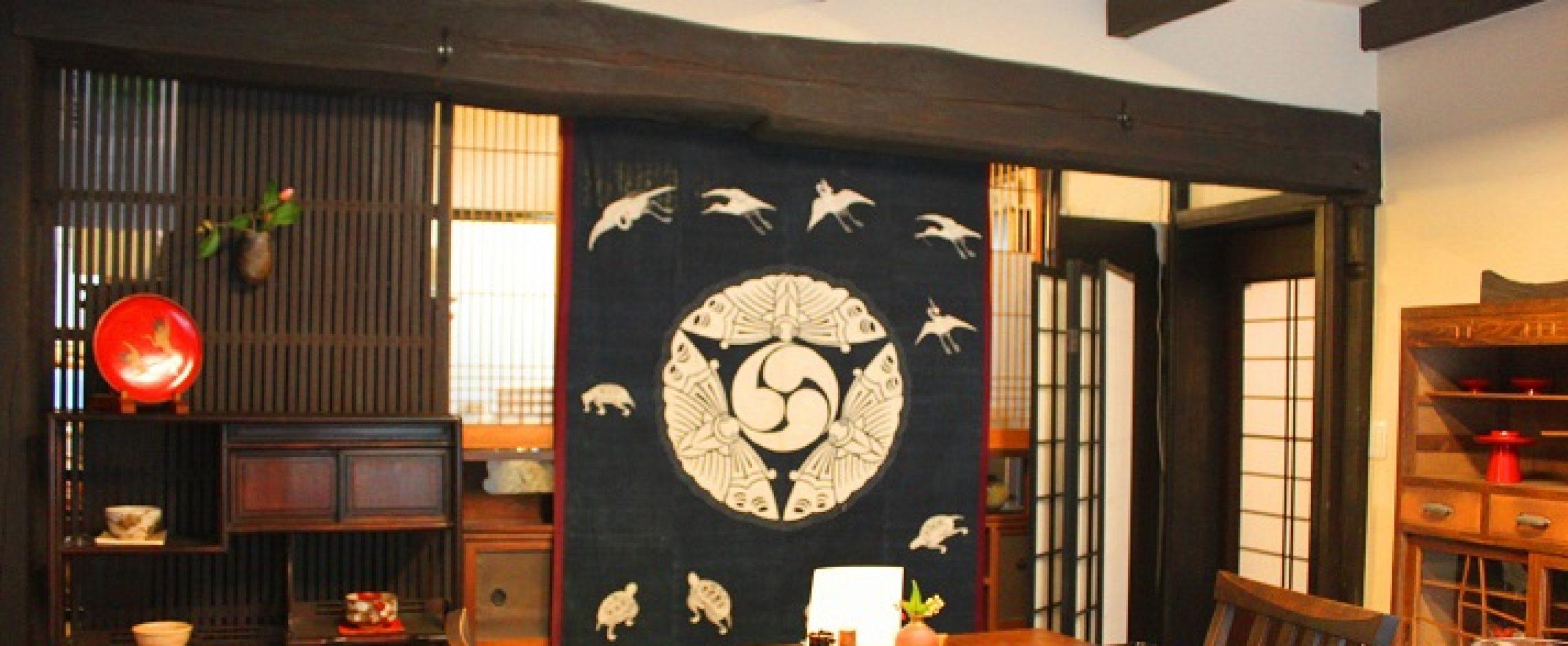「楓花」は福山市の山里の緑豊かな「ほたるの里」にあります。築114年の古民家の佇まいをそのまま生かし、ゆったりとした空間で創作家庭料理を提供しています。また、料理教室「季節の料理を愉しむ会」や、生前整理の各種セミナー「50代からの大人の片付け」などを開催しています。